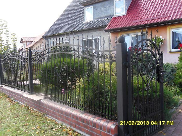 ogrodzenie z użyciem stalowych elementów kutych