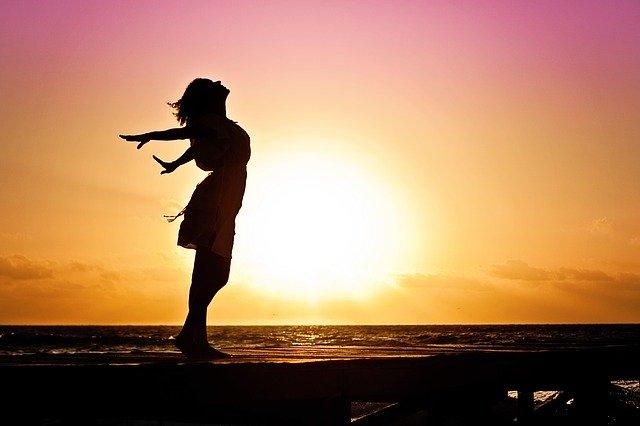 Szczęśliwa kobieta na plaży po terapii psychologicznej